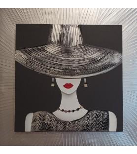 Mujer con sombrero plateado